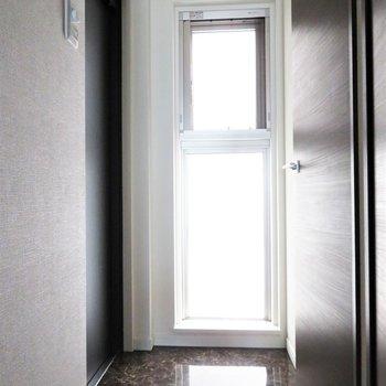 玄関は大きくありませんが(※写真は10階の同間取り別部屋のものです)