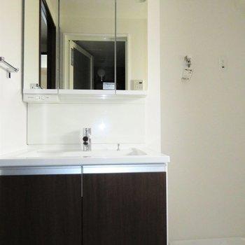 三面鏡の洗面台です(※写真は10階の同間取り別部屋のものです)