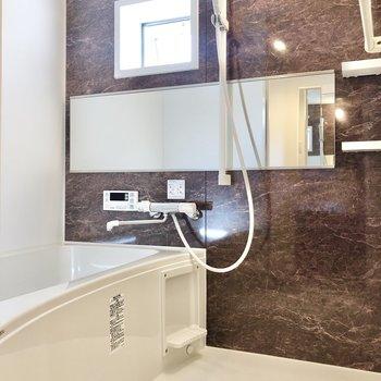 お風呂は浴室乾燥+追焚機能つき◯小窓でサクッと換気もできます。