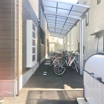 駐輪場は半屋根付きで、もちろん敷地内にあります。