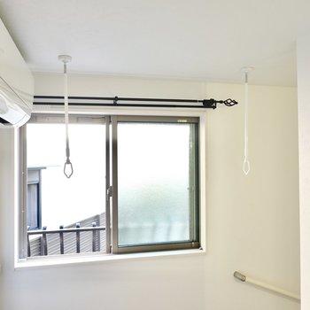 踊り場の窓の前には着脱式の竿受けがあるので、部屋干しもできますよ。窓は南向きで温かさも確保できそう。
