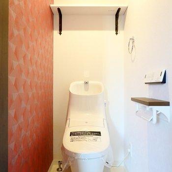 幾何学模様のクロスの横には、ウォシュレット付きのトイレ。スタイリッシュなフォルムで見ているだけでも楽しい!