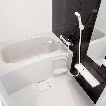 お風呂はモノトーンで心が落ち着く……浴室乾燥機付きで洗濯物も乾かせます◎