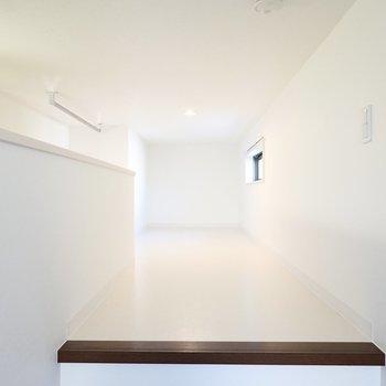 その奥には真っ白なロフトが広がっています!窓も照明もあるので寝室にピッタリ。