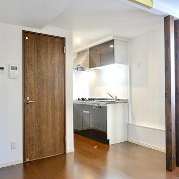 玄関を抜けるとまずはLDK。ダークブラウンの建具と床に、シックなインテリアが似合いそう。