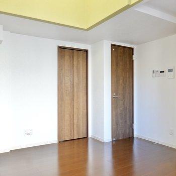 左を向くと水回りへのドアが2つと、クローゼットが1つ。テレビを置くなら左の壁の前が良さそう。