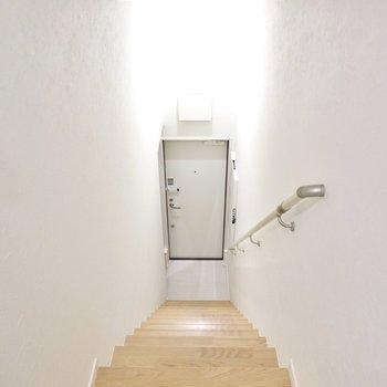 玄関は更に階段を降りた1階部分に。