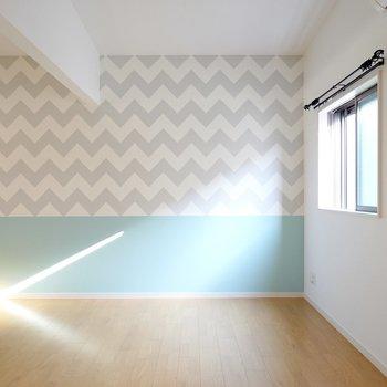 玄関から階段を上がった先にLDK。西海岸風の内装にはカフェ風の家具がピッタリ!