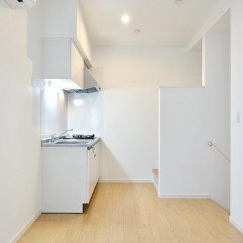 キッチン側の階段に出られる、回遊性のある造りになっています。