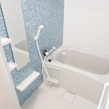 お風呂も西海岸風を意識して水色で爽やかに。浴室乾燥機付きで洗濯物も乾かせます◎