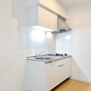 キッチンはお部屋の雰囲気に合わせて真っ白に。冷蔵庫置場は左側。