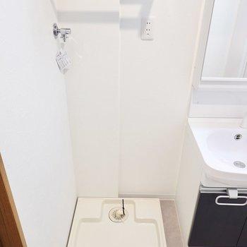 洗濯機置場の上には洗剤などを置けるデザインの素敵な棚も付いています。