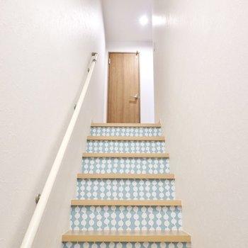 階段にもデザインクロスが使われていて、帰ってきたときの景色も素敵なんです!