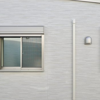 LDKの窓からはこのお部屋があるのと同じ建物の向かい側が見えます。ベランダはありませんが、洗濯物は浴室乾燥機で乾かせます◎