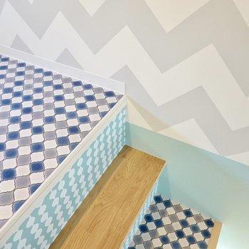 ベンチとロフトはモロッカン柄の床。ボーダーと水色の壁紙にマッチしていますね。