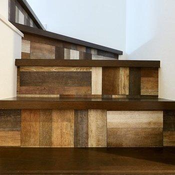 階段にもデザインクロスが使われています。