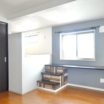窓際のデスクで効率的な在宅ワークを。落ち着いた暮らしのできる新築デザイナーズのお部屋!