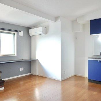 玄関から階段を上がった先にLDK。ブラックやダークブラウンなど、濃い色の家具が似合いそう!