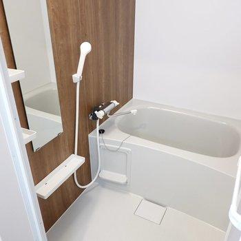 ダークブラウンのアクセントパネルに心が落ち着く……浴室乾燥機付きで洗濯物も乾かせます◎