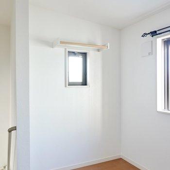 小窓の上には棚付き。緑を少し飾って、本棚やテレビを置くと良さそう。