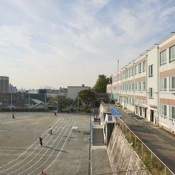 LDKの窓からは小学校とその運動場が見えます。ベランダはありませんが、洗濯物は浴室乾燥機で乾かせます◎