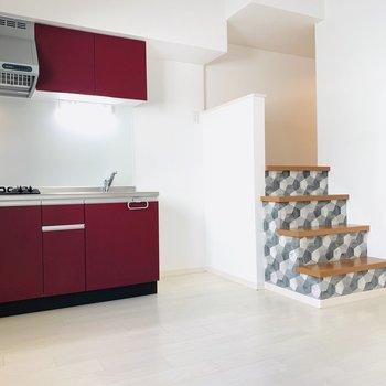 お部屋の中心となるLDK。真っ赤なキッチンが主役になりそう。