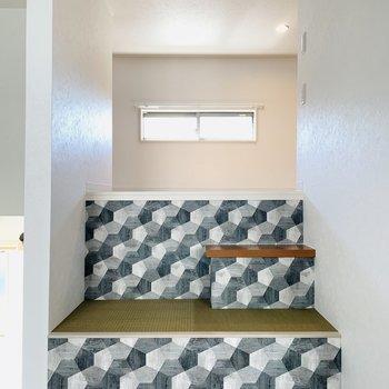 座ったり寛いだりもできそうな階段からロフトへ。