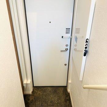 1階は玄関スペースのみなので視線も気になりませんね。