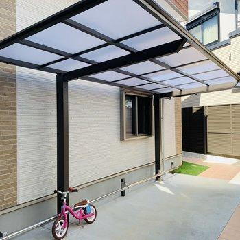 屋根付きの自転車置き場も。