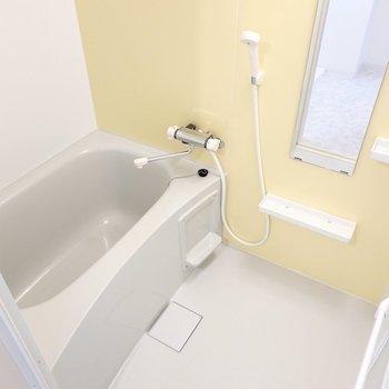 お風呂もキッチンと揃いのイエローでエネルギーが漲ってきそう。浴室乾燥機付きで洗濯物も乾かせます◎