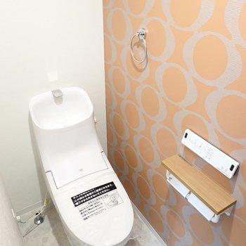 高級ブランドのアイコンのような壁の横には、ウォシュレット付きのトイレ。スタイリッシュなフォルムで見ているだけでも楽しい!