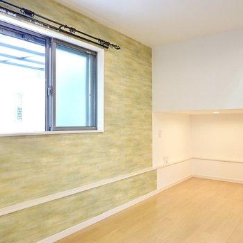 窓側の明るいグリーンの壁には、木製の家具がよく似合いそう。階段側にはアンダーロフトが!
