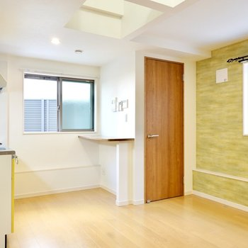 玄関を抜けるとまずはLDK。ライトブラウンの建具と床の明るい雰囲気の空間です。
