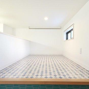 その奥にロフトが!床はモロッカン柄で、奥にはハンガーラックもあるので服の見せる収納にしても良さそう。