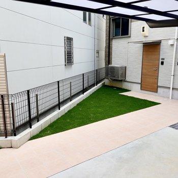 LDKの窓の外は敷地内の駐輪場。ベランダはありませんが、洗濯物は浴室乾燥機で乾かせます◎