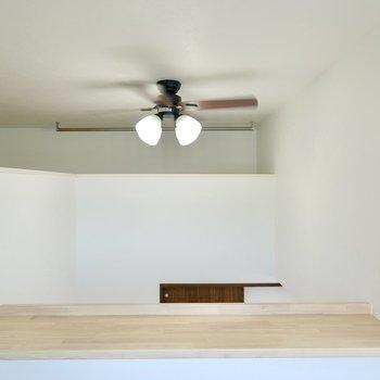 部屋の中央は吹き抜けになっていて、空調効率を良くしてくれるシーリングファンライトがくるくると回っています。