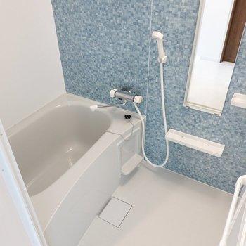 お風呂は水色のアクセントパネルで爽やか!浴室乾燥機付きで洗濯物も乾かせます◎