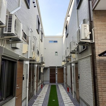 何棟もの建物を繋いだような形の2階建てアパート。