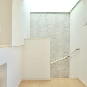階段側には光がたっぷり降り注ぐので、アートを飾ったり植物を育てたりしたいですね◎