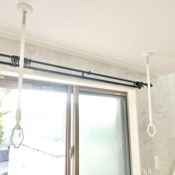 窓の前には着脱式の竿受けがあるので、部屋干しができます。窓は南向きで温かさも確保できそう。