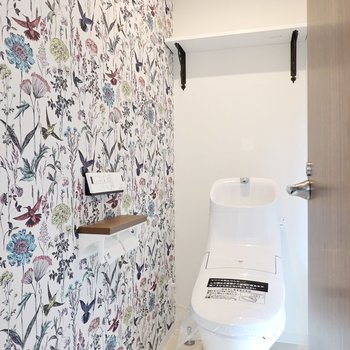 賑やかなイラストの壁の横には、ウォシュレット付きのトイレ。スタイリッシュなフォルムで見ているだけでも楽しい!