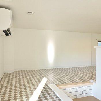 さらに上にはロフトまで!幾何学模様の床が素敵。