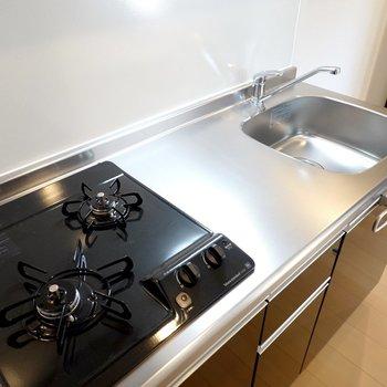 2口コンロで作業スペースもしっかりあるので、一人暮らしでも自炊して健康的に暮らせます。