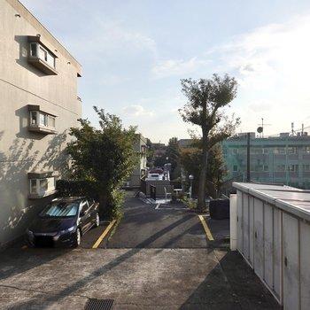 LDKの窓の外はお隣の敷地ですが、景色の抜けが良く、光もしっかり差し込んできます。