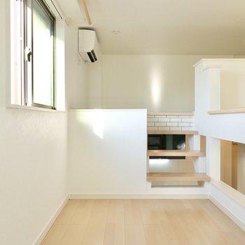 階段を登ると少し広めの踊り場のようなスペース。