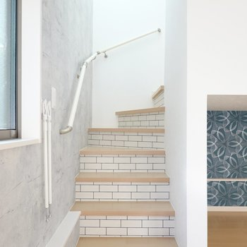 階段を登って上へ。サブウェイタイル風のクロスがカフェのような雰囲気を演出。