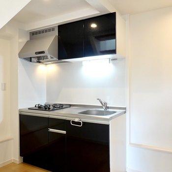 キッチンはナチュラルな空間にキリリと映えるブラック。