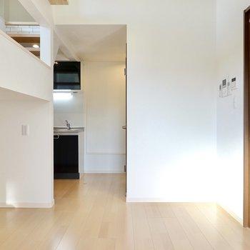 玄関側にはキッチンがあります。木材に黒や白のアイアンを合わせた家具を置きたいですね!