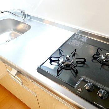 キッチンは2口コンロで作業スペースもしっかりあるので、一人暮らしでも自炊して健康的に暮らせます。