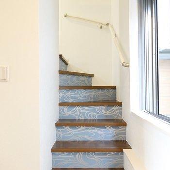 階段を登って上へ。ここにはブルーのデザインクロスが使われています。